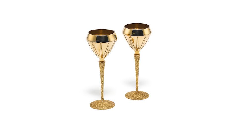 STUART DEVLIN: A pair of 18 carat gold goblets, London 1970,  (2)