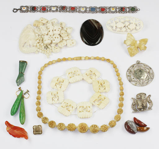 A small collection of assorted jewellery items,
