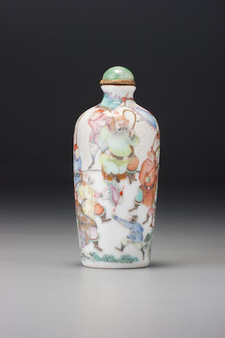 A 'famille-rose' enamelled porcelain 'warriors' snuff bottle Jingdezhen, Jiaqing iron-red four-character mark and of the period, 1800 – 1820