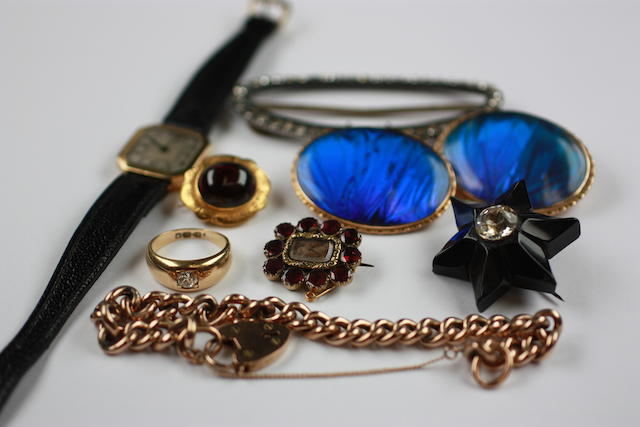 A small quantity of jewellery,
