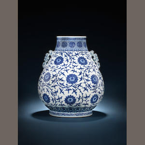A blue and white hu vase box