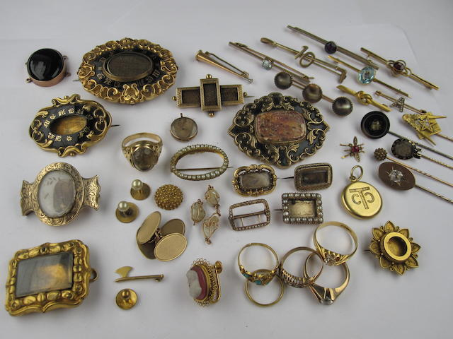 A collection of assorted jewellery items