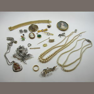 The contents of a jewellery case