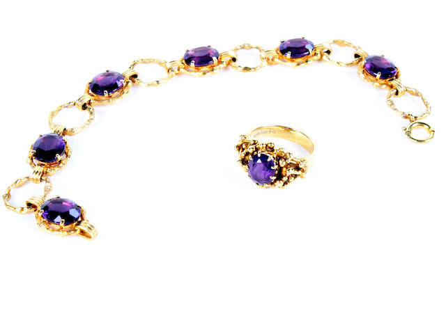 A 9 carat gold and amethyst bracelet  (2)