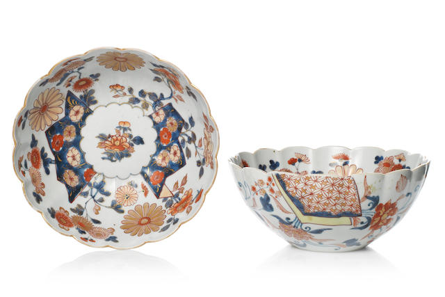 A pair of Imari bowls Late 17th/early 18th century