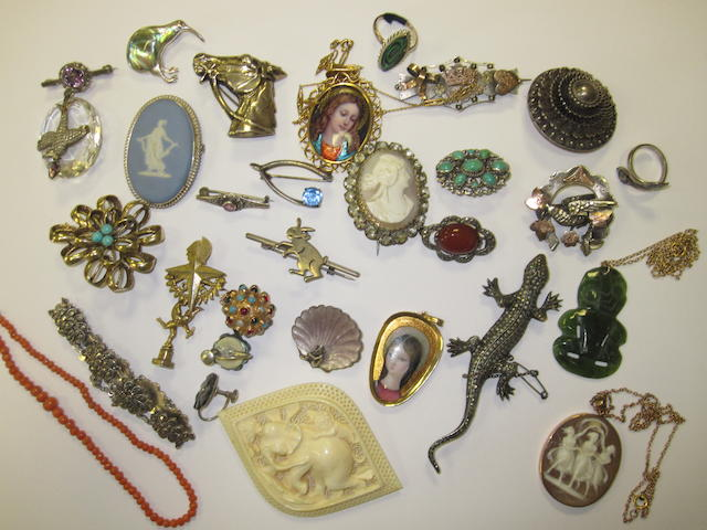 A collection of assorted jewellery and costume jewellery brooches,