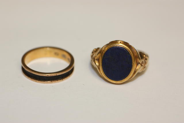 An early Victorian gentleman's gold signet ring (2)