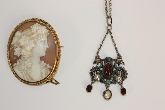 An oval shell cameo brooch, (2)