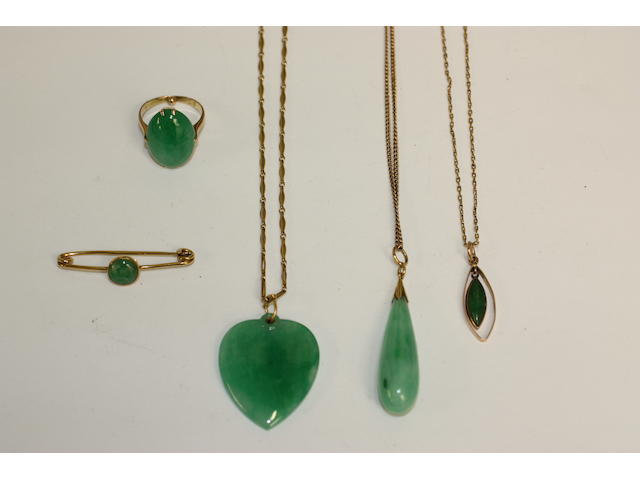 A collection of jade jewellery (5)