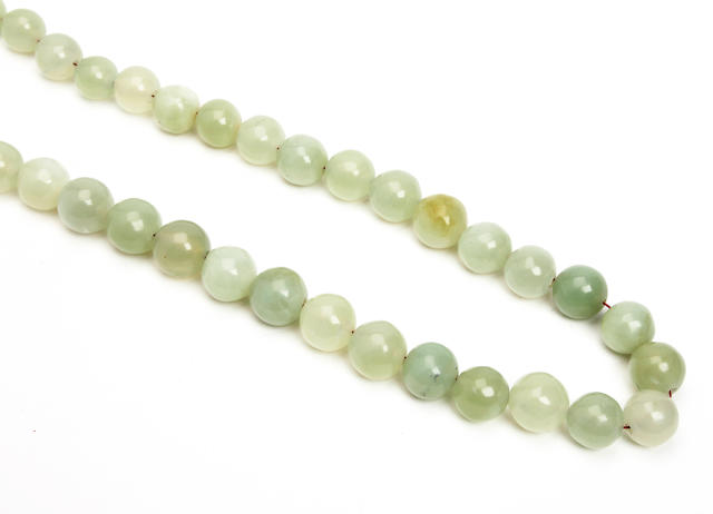 A pale green jade single-strand bead necklace 19th/20th Century