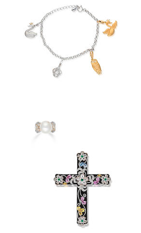 A gem-set black onyx pendant, a charm bracelet and a cultured pearl and diamond ring (3)