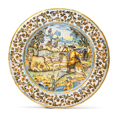 A large Castelli dish decorated with a hunting scene in the center, 18th century