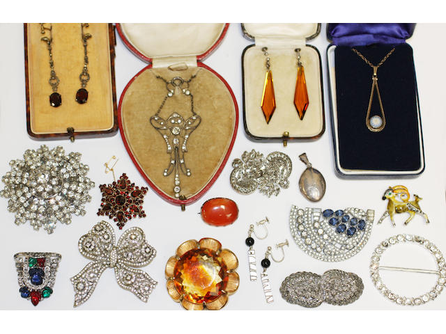A collection of assorted jewellery and costume jewellery