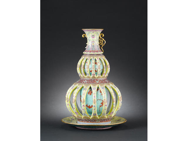 A famille rose double gourd vase Iron-red six-character Qianlong mark