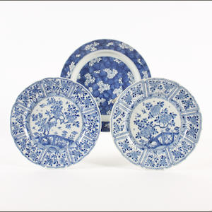 A pair of Chinese blue and white plates and a dish, Kangxi
