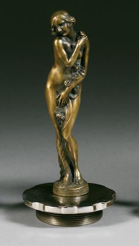 Mascotte 'La guirlande de roses' signée Joe Descomps, fabrication française, circa 1920,