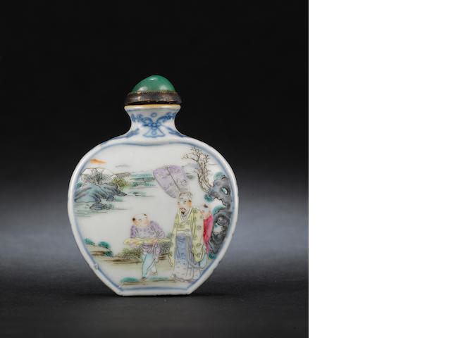 A famille rose flattened spade-shaped snuff bottle Qianlong seal mark