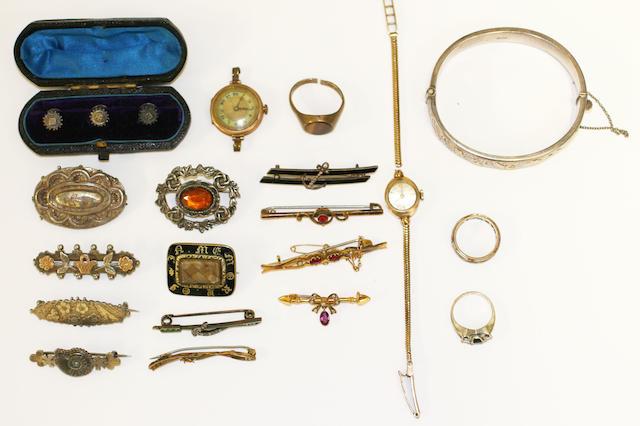 A small collection of assorted jewellery
