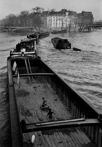 Willy Ronis (French, 1910-2009) La Péniche aux enfants, Paris, 1959