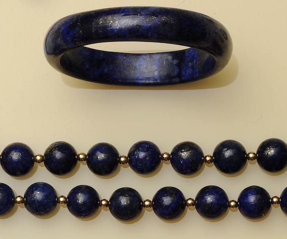 A lapis lazuli bead necklace and bangle (2)