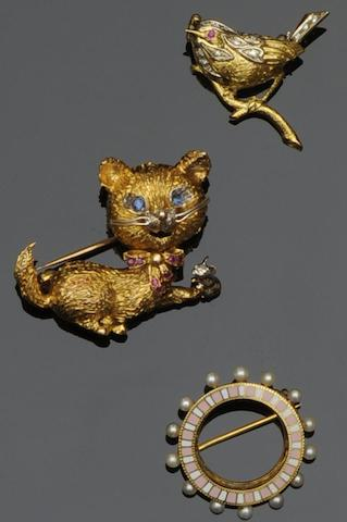 A collection of three brooches (3)