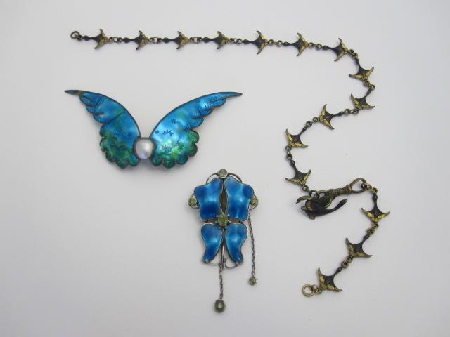 A peridot and enamel brooch (3)