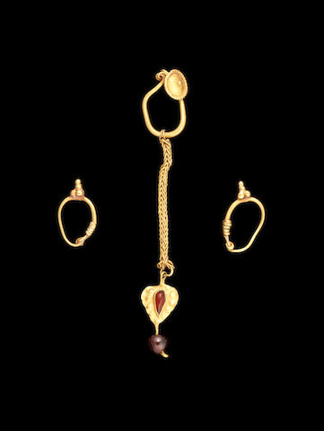 Three Roman gold earrings 3