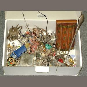 A collection of assorted jewellery and costume jewellery.