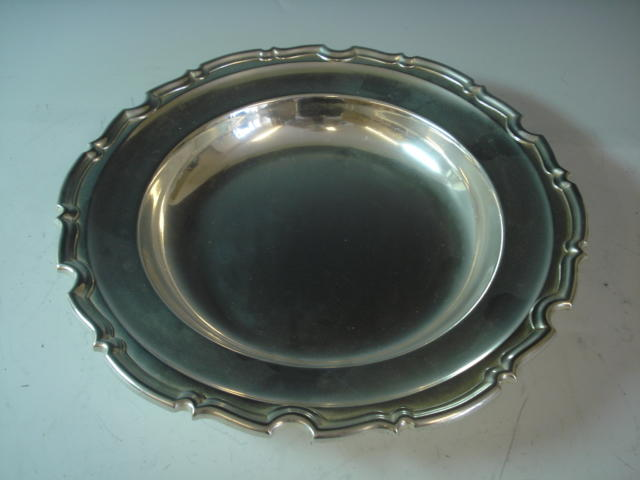 A George V circular silver dish, Sheffield 1912 - weight approx 40 ozs (1,200 grams)