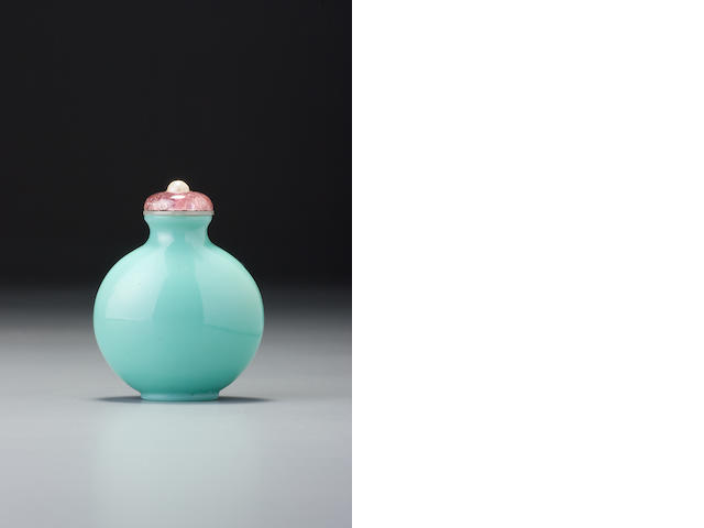 A turquoise-green glass snuff bottle 1720-1780