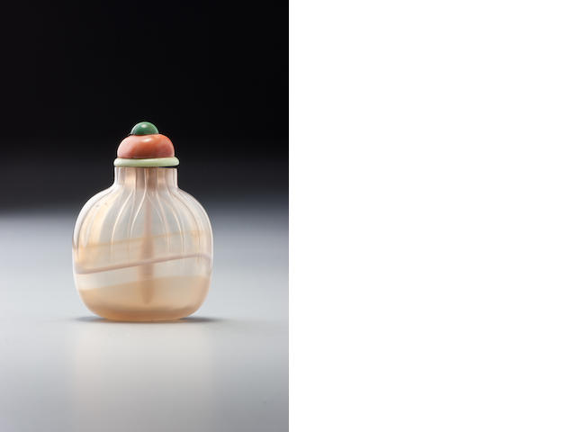 An agate 'purse' snuff bottle Possibly Imperial, Official School, 1730–1850