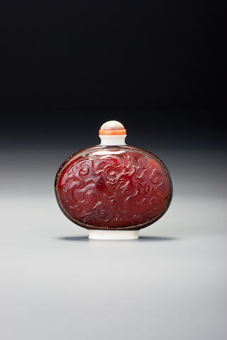 An inscribed amber and coconut-shell 'dragon' snuff bottle Attributable to Guangdong province, 1770–1860
