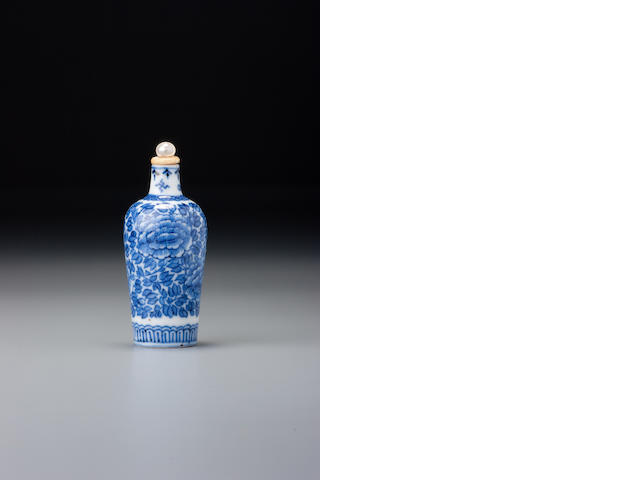 A blue and white porcelain 'floral' snuff bottle Jingdezhen, 1800–1880