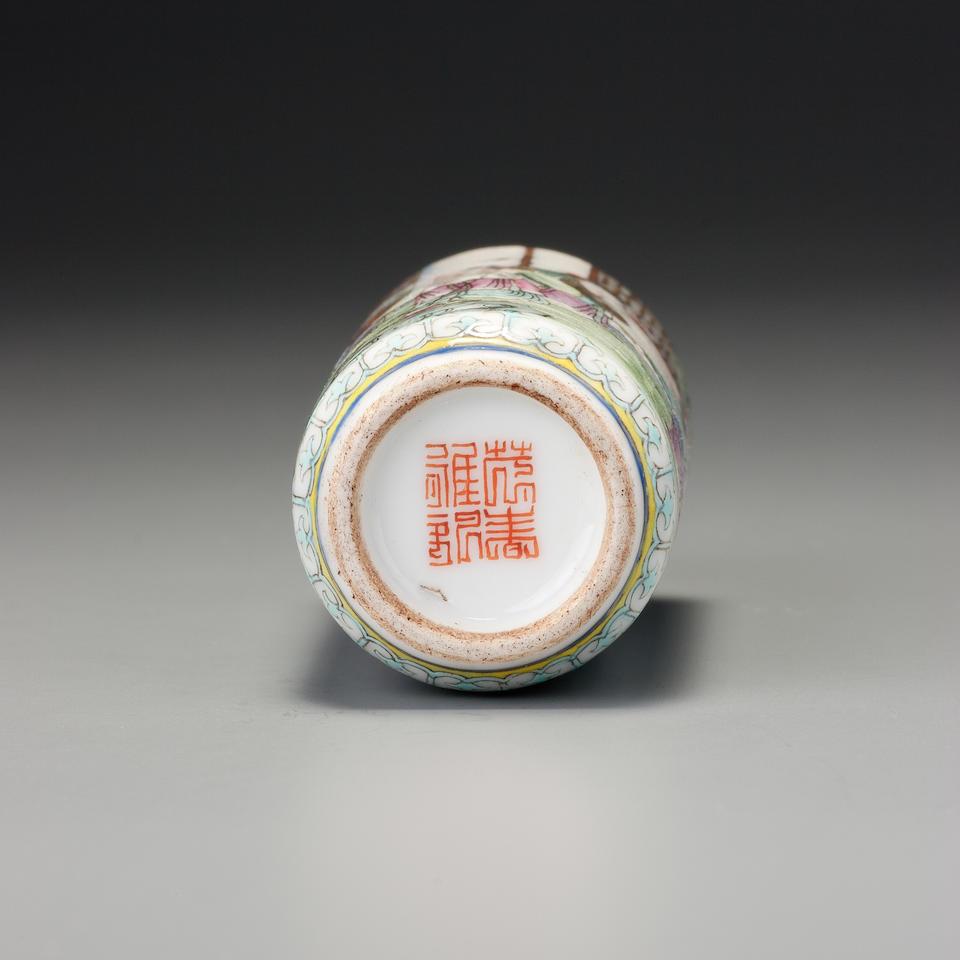 A 'famille-rose' enamel on porcelain 'fictional figures' snuff bottle Maochun, Jingdezhen, Maochun yazhi mark, 1796–1830