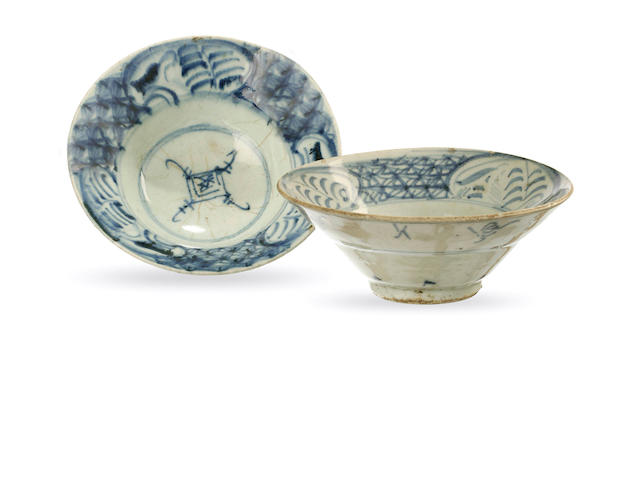 Two exportware blue and white bowls