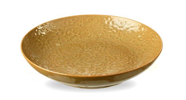 A tea-dust glaze plate with Indian lotus patterns 19th/ 20th century