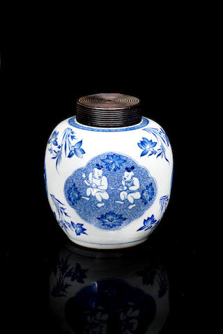 A Chinese blue and white jar 18/ 19th century