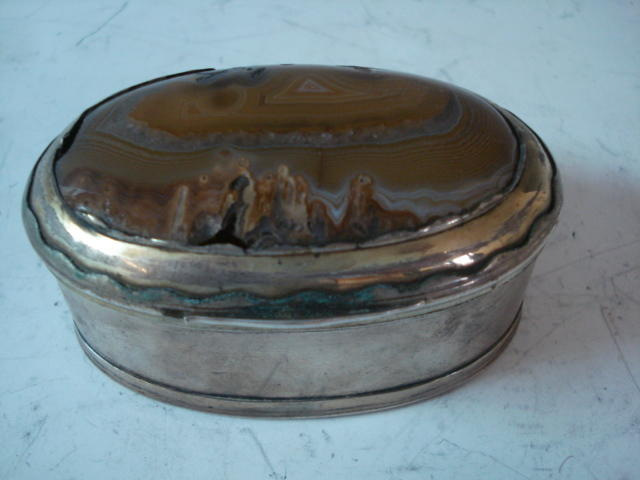 unmarked silver snuff box with banded agate cover