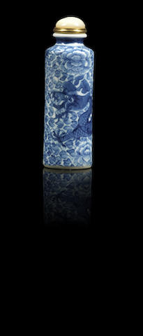 A blue and white porcelain 'dragon' snuff bottle Qing dynasty