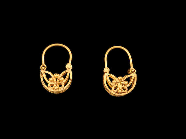 A pair of Fatimid filigree gold Earrings Egypt or Syria, 12th Century(2)