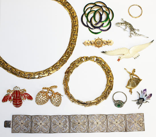 A small collection of jewellery and costume jewellery.