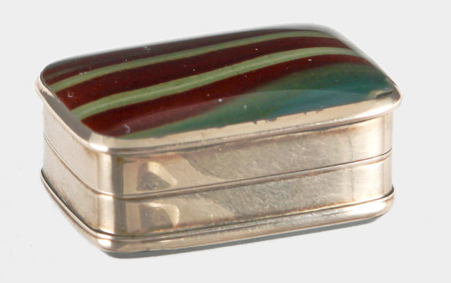 A yellow precious metal and agate set vinaigrette