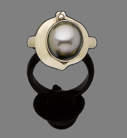 A cultured pearl ring