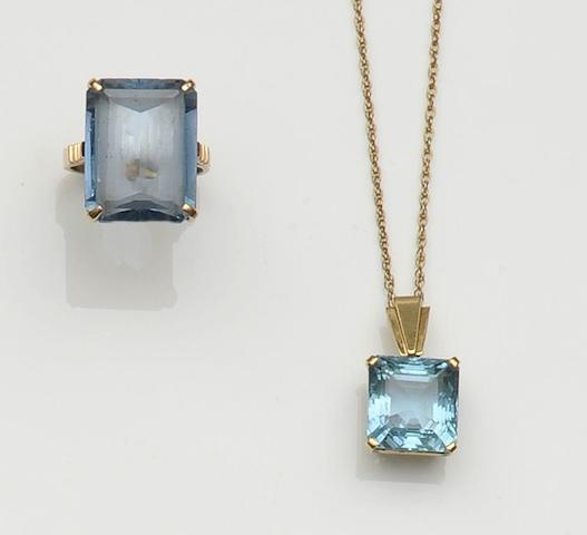 An aquamarine single stone pendant  (2)