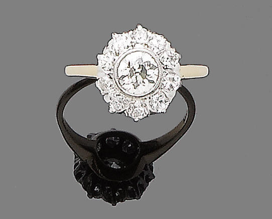 A diamond cluster ring