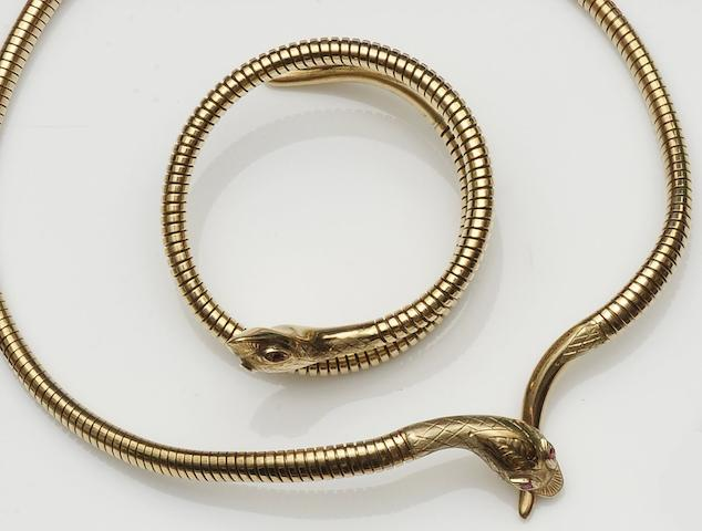 A 9ct gold serpent necklace and bracelet ensuite (2)