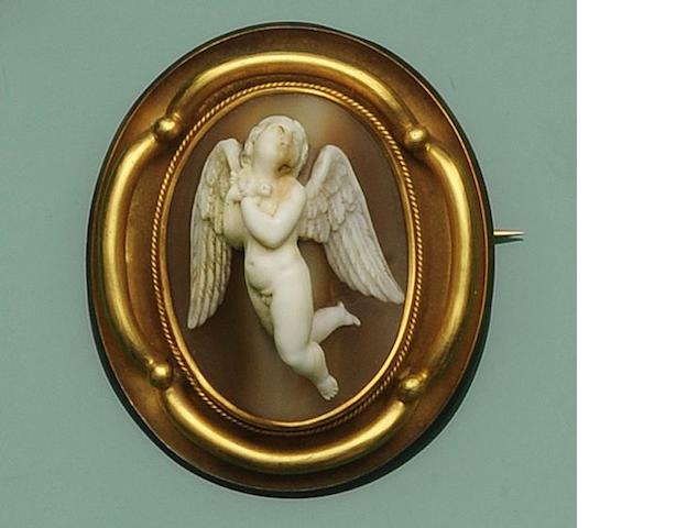 A Victorian oval shell cameo brooch
