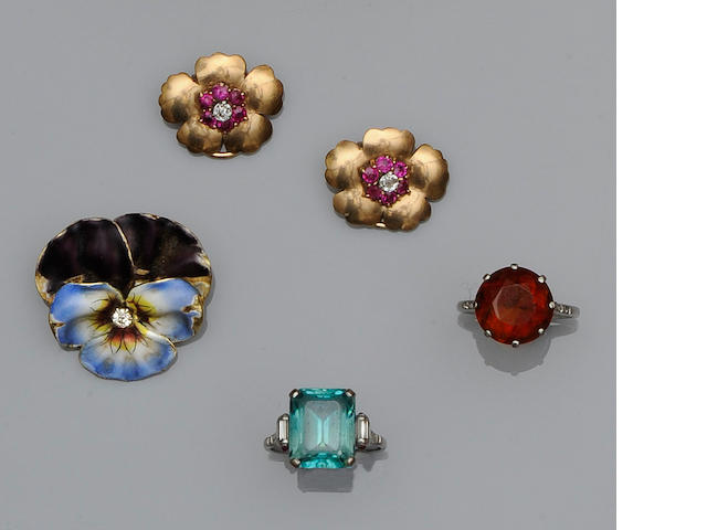 A collection of jewellery items