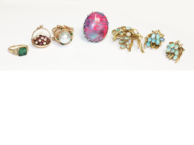 A small collection of assorted jewellery,
