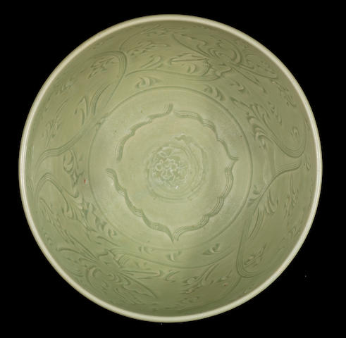 A fine carved green-glazed bowl 14th/15th century